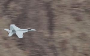 Wandelaars komen F18's tegen in de Death Valley